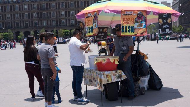 Foto: Vendedores informales en el Zócalo de la Ciudad de México. Cuartoscuro