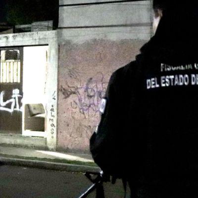 Foto: Elementos de la Fiscalía General del Estado de Querétaro catean un domicilio.