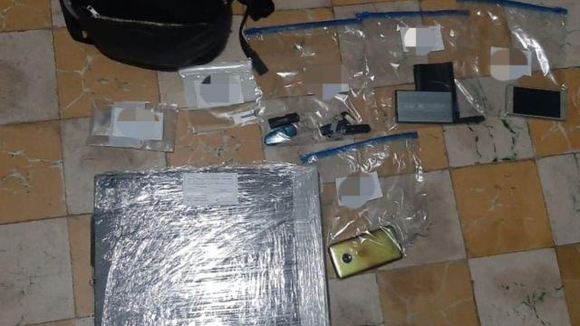 Foto: Teléfonos y computadoras decomisadas. FGR