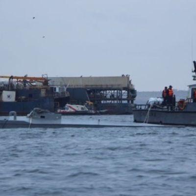 Foto: La Guardia Costera de Perú remolca el narcosubmarino