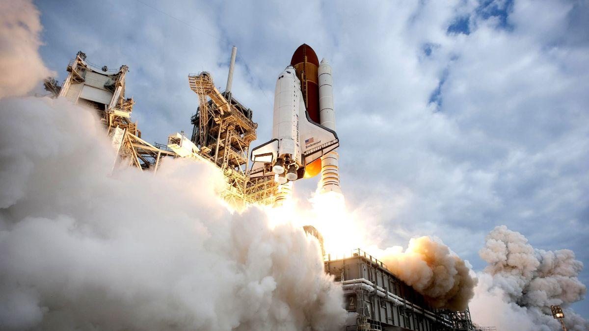 Foto: El transbordador espacial Endeavour realiza su último viaje a la EEI bajo el mando del astronauta Mark Kelly. Getty Images