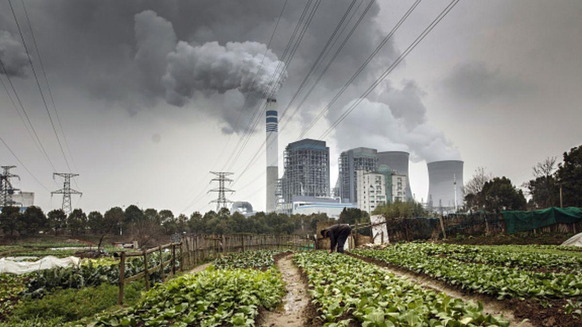 Foto: Torres de enfriamiento de una central eléctrica en China. Getty Images