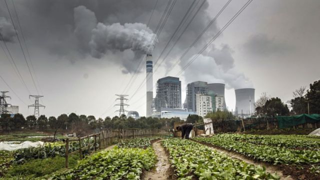 Foto: Torres de enfriamiento de una central eléctrica en China. Getty Images