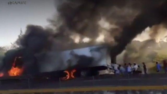 Foto: Pobladores acercándose al vehículo en llamas y a pesar del riesgo comienzan a llevarse la mercancía.