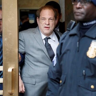 Foto: El productor Harvey Weinstein (C) sale de la Corte Suprema de Nueva York tras audiencia, 12 diciembre 2019