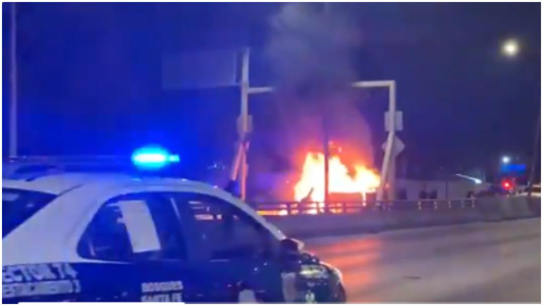 Foto: Un vehículo fue consumido por las llamas en la México-Toluca, 15 de diciembre de 2019 (Twitter)
