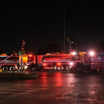 Tras sofocar incendio, bomberos retiran escombros en mercado de La Merced