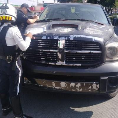Foto: Por circular con calcomanías reflejantes en la matrícula, el dueño de una camioneta sería multado por un oficial de tránsito, sin embargo, el conductor, en lugar de esperar su folio, intentó escapar embistiendo al uniformado