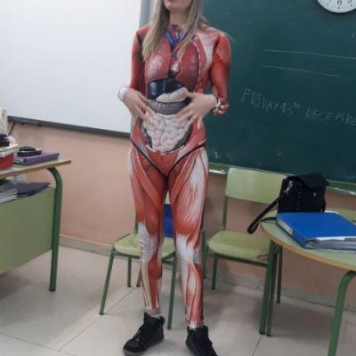 Maestra se 'quita la piel' para enseñar el cuerpo humano a sus alumnos