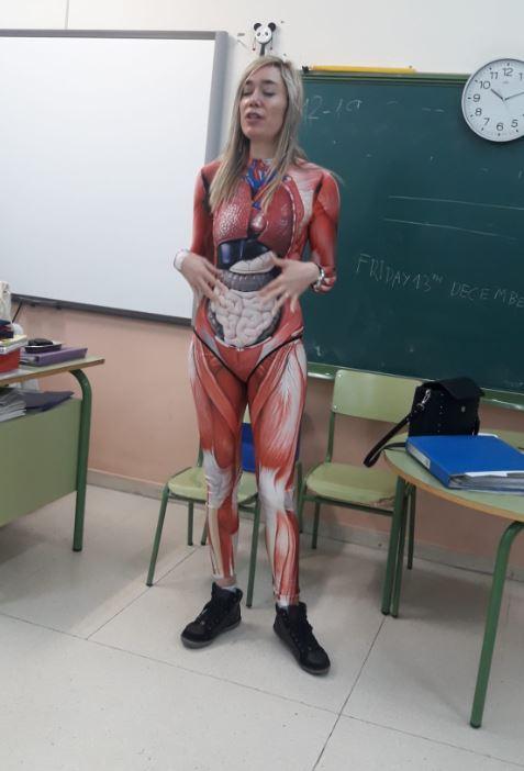 Maestra se 'quita la piel' para enseñar el cuerpo humano