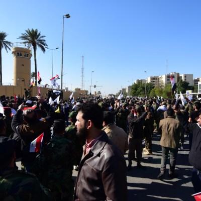 FOTO Caen varios cohetes cerca de la embajada de EEUU en Bagdad, el 26 de enero de 2020