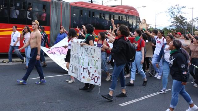 Foto: Un grupo de jóvenes marchan en calles de la Ciudad de México, 19 diciembre 2019