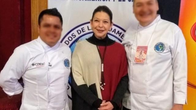 FOTO Por seguridad, México instruye regreso de embajadora en Bolivia; en la imagen, (centro) María Teresa Mercado (Twitter)