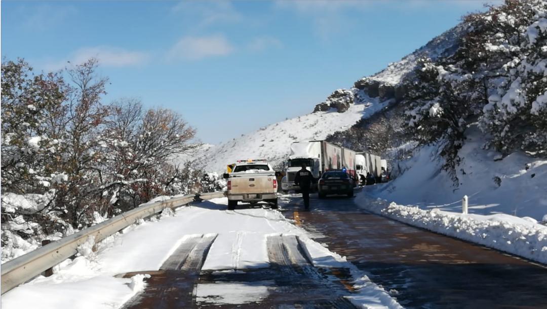 Nevada en carretera de Chihuahua.