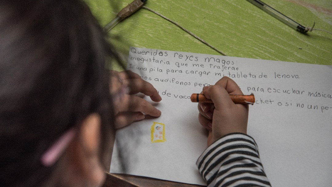 Niños escriben cartas a Santa Claus y Reyes Magos en CDMX