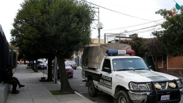 Policía boliviana afuera de la embajada de México en La Paz.