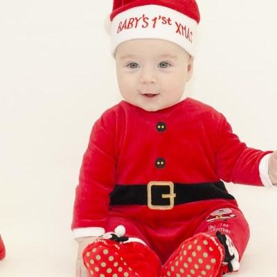 Visten a bebés de cuidados intensivos con atuendos navideños