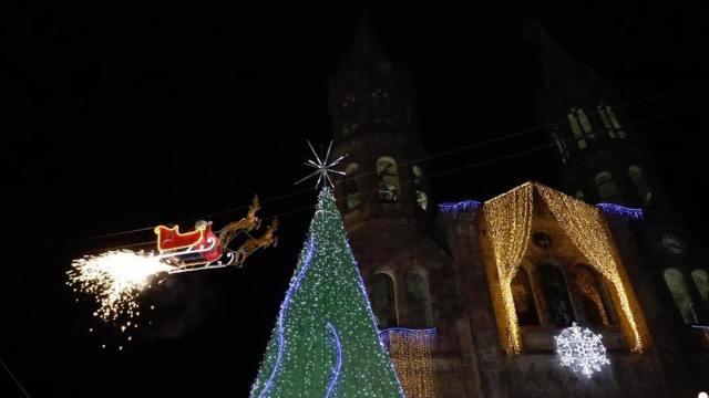 Foto Video: Santa Claus vuela sobre Tlaxcala y choca contra edificio 10 diciembre 2019