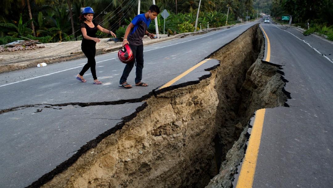 Foto: Un hombre observa una grieta en una carretera tras el terremoto de 7.8 en Ecuador, 19 de abril 2016