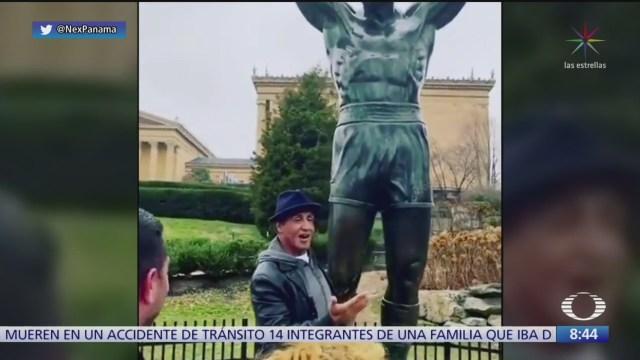 sylvester stallone sorprende a fans en estatua de rocky