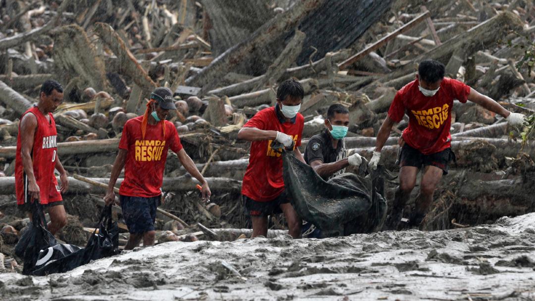 Foto: Rescatistas recuperan los cuerpos de las víctimas por las inundaciones provocadas por el tifón 'Bopha', 7 diciembre 2012