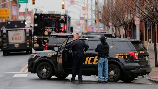 Foto: Policías de Jersey City acordonaron la zona del tiroteo. AP