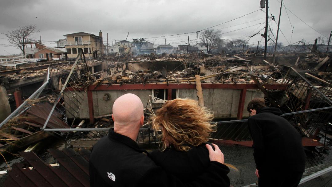 Una familia observa los restos de su casa tras el paso de la tormenta Sandy por Nuev York, Estados Unidos, 6 diciembre 2012