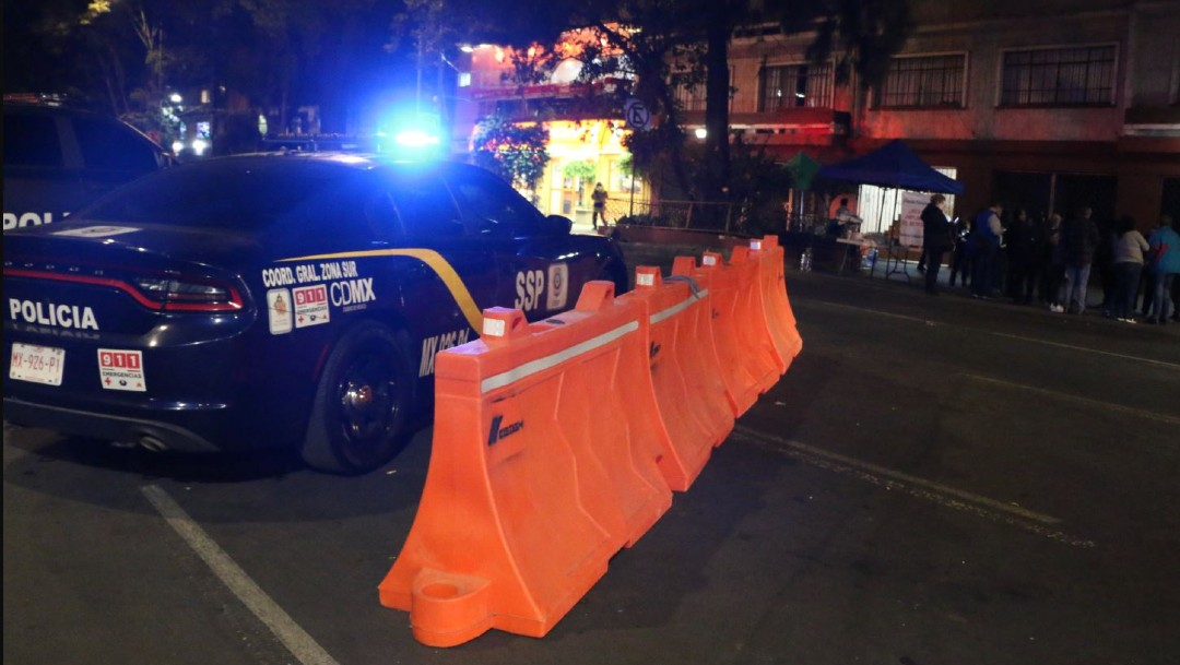 Foto: Vecinos de la colonia Narvarte Poniente pelearon e insultaron a policías de la SSC, luego de que acudieran a disuadir el bloqueo que mantienen sobre avenida Cuauhtémoc tras ser anunciada la ampliación de la Línea 3 del Metrobús