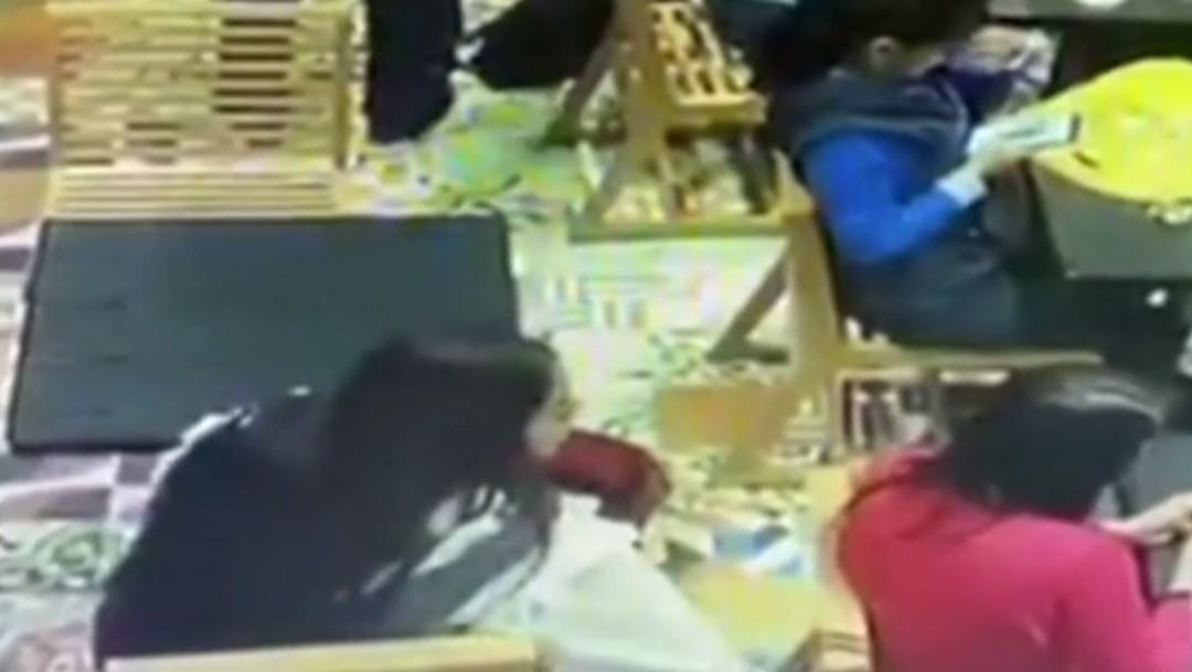 Foto: Video: Mujer roba cartera de bolsa en cafetería de Coyoacán
