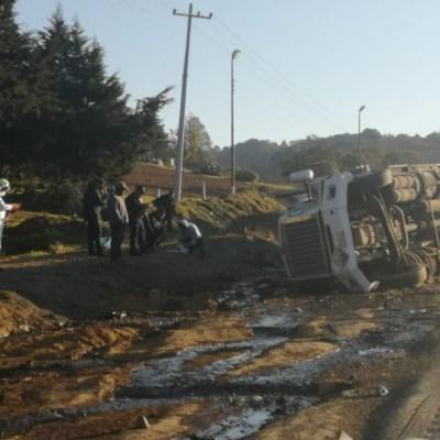 Vuelca pipa y derrama químicos en la autopista Puebla-Orizaba
