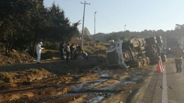 Foto: La pipa volcó en el kilómetro 224 de la autopista Puebla-Orizaba, 27 diciembre 2019