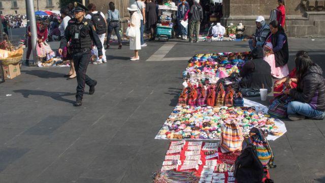Vendedores de artesanías en el Zócalo de la CDMX