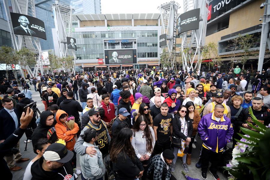 Foto: Cientos de seguidores lamentaron la muerte de Kobe Bryant, 26 de enero de 2020 (EFE)