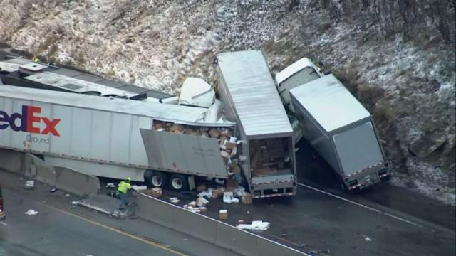 fOTO: Un accidente que involucró a múltiples vehículos en una autopista de peaje de Pennsylvania