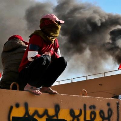 Milicias se retiran de Embajada de EEUU en Irak tras asaltarla