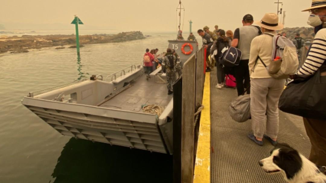 FOTO Rescatan por mar a miles atrapados por incendios en Australia (Chief of Navy Australia)