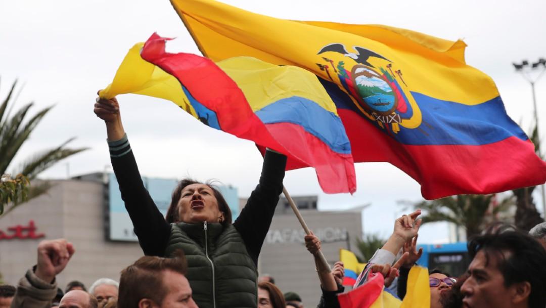 La gente se reúne frente a la embajada de México en Ecuador para protestar contra el asilo político a funcionarios ecuatorianos, 15 enero 2019