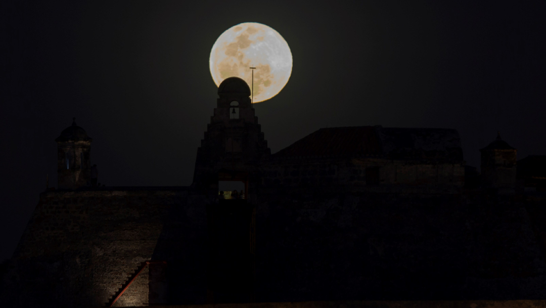 Foto: La Luna llena observada desde Cartagena de Indias, Colombia, 09 de enero de 2020, (EFE)