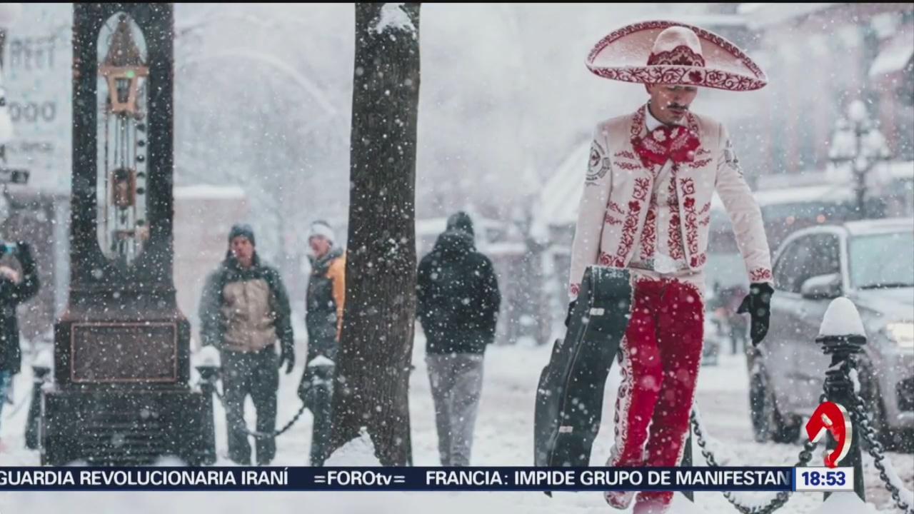 FOTO: captan a mariachi caminando entre la nieve en canada