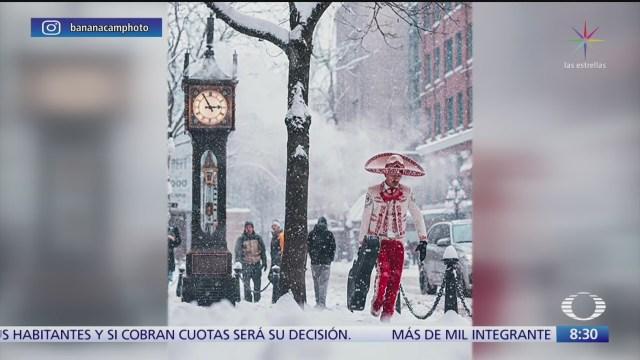 captan a mariachi entre la nieve de vancouver canada
