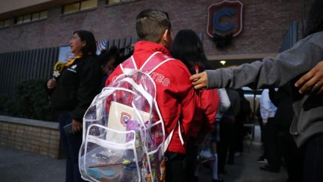 Foto:Los alumnos del Colegio Cervantes ingresaron con mochilas transparentes, 17 enero 2020