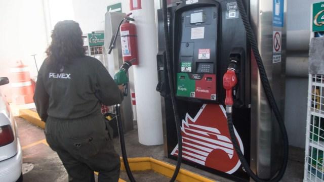 Fotografía que muestra a un despachador de gasolina, 31 enero 2020