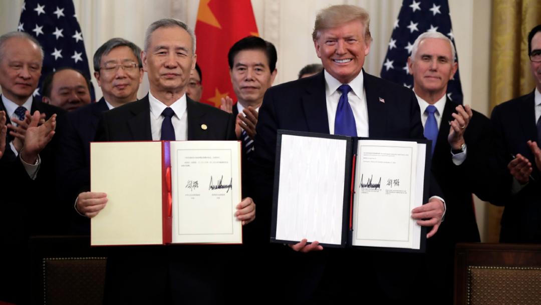 Foto: El presidente Donald Trump firma un acuerdo comercial con el viceprimer ministro chino Liu He, en la Sala Este de la Casa Blanca, 15 enero 2020