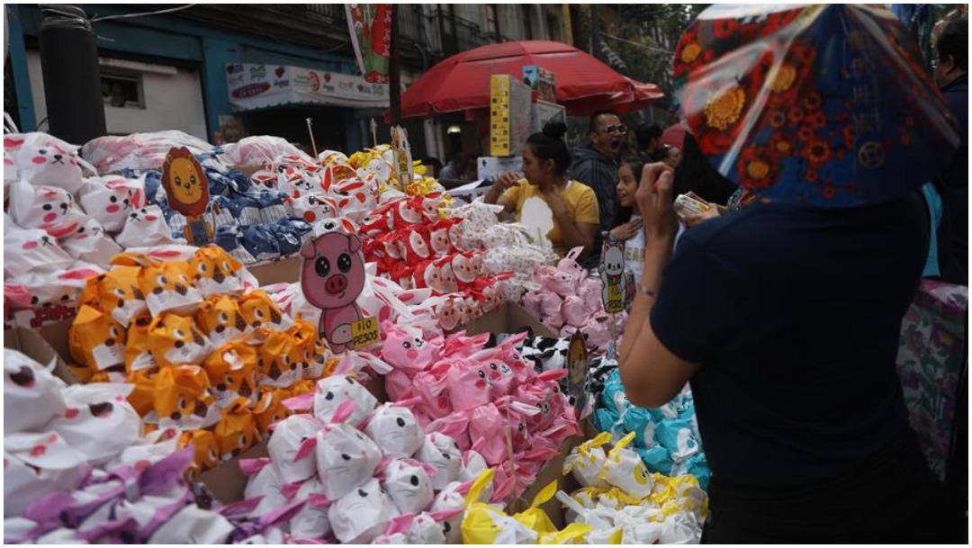 Foto: Comerciantes aprovechan festejos del Año Nuevo Chino para vender sus productos, 25 de enero de 2020 (EFE)