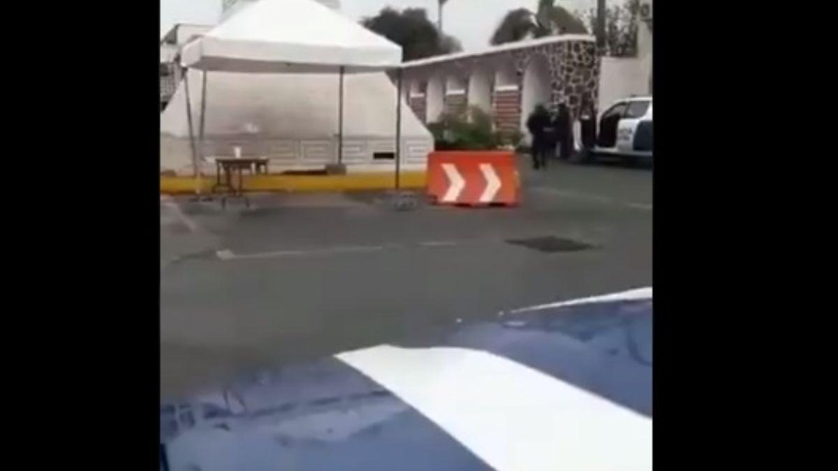 Foto: Policías federales se refugian en sus patrullas. Twitter