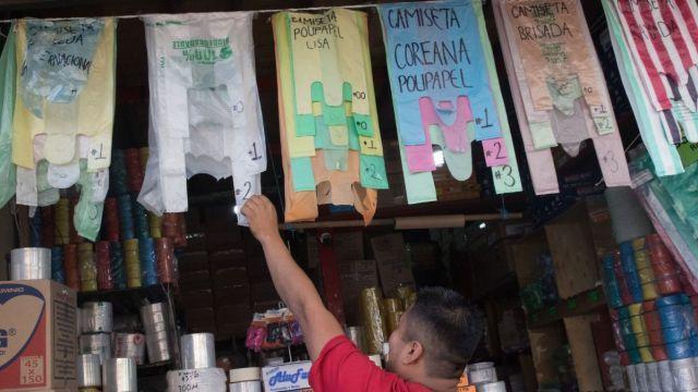 Foto: Un comercio de bolsas en la Ciudad de México. Cuartoscuro