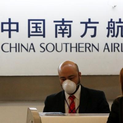 Foto: Un empleado de China Southern Airlines usa una máscara quirúrgica como medida preventiva a la luz del brote de coronavirus. Reuters