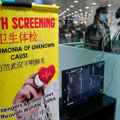 Foto: Una estación sanitaria en el Aeropuerto Internacional de Malasia. AP