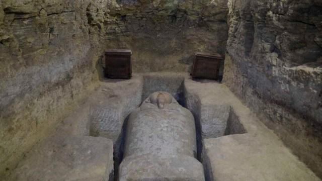 Foto: Descubren un sarcófago en la aldea de Tuna al-Gabal, en Minya, Egipto. AP