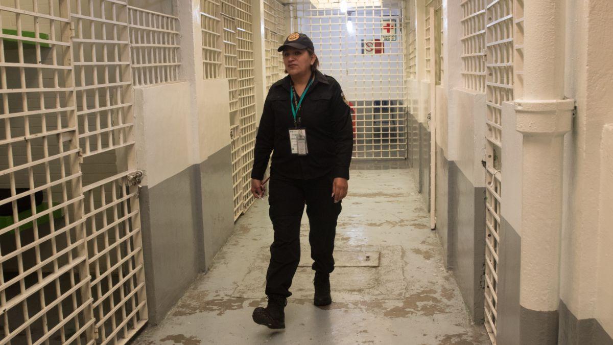 """Foto: Un policía camina por las celdas de """"El Torito"""". Cuartoscuro"""
